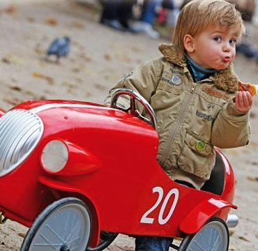 Юный гонщик ретро-автомобилей