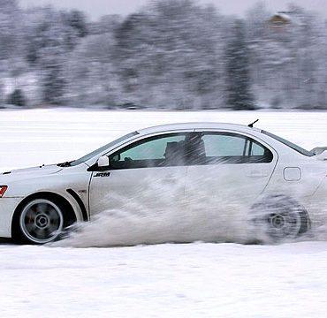 Экстремальное управление автомобилем на льду